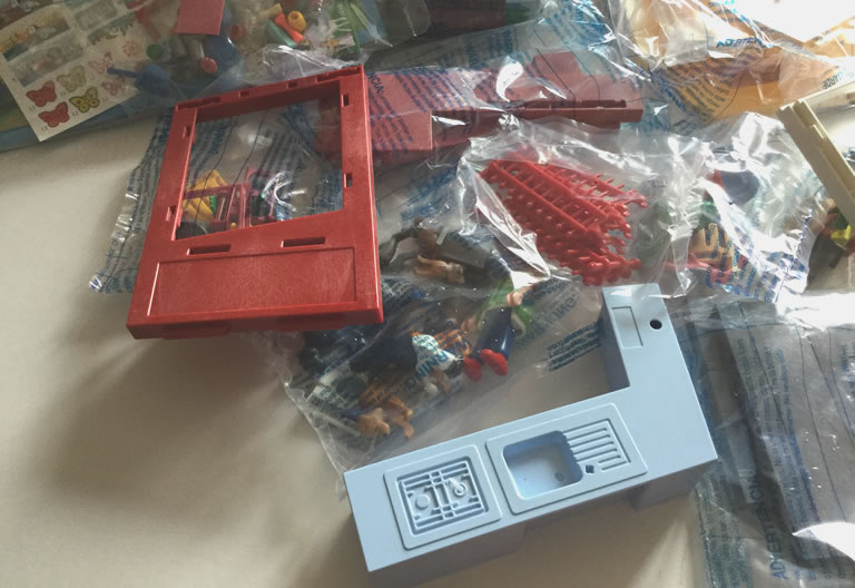 Image of Playmobil Tiny Paws Hotel 9275 what is in the box